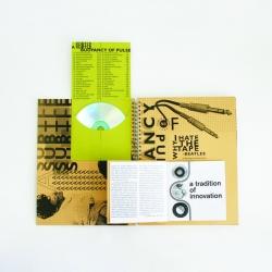 Вид на разворот, конверт для CD и брошюра открыты.