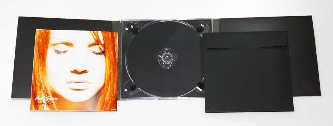 Digipak с двумя карманами, которые вмещают в себя буклет и конверт