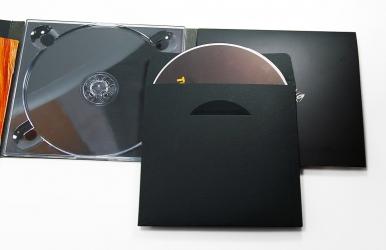 Конверт с диском - который помещается в карман упаковки digipack