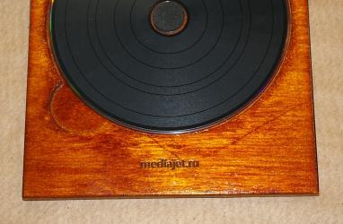 Деревянная упаковка-трей для диска. Гравировка логотипа