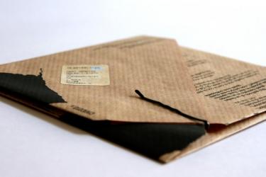 Дизайнерское крепление конверта с помощью заколки для волос.
