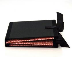 Хардбэк CD формата для 4 дисков с завязками из атласных лент.